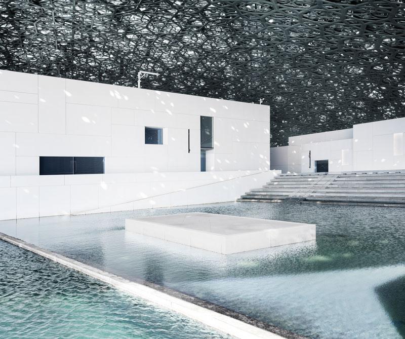 El arquitecto Jean Nouvel inauguró oficialmente el museo de la capital de los Emiratos Árabes Unidos como parte de un acuerdo con el Louvre de París.