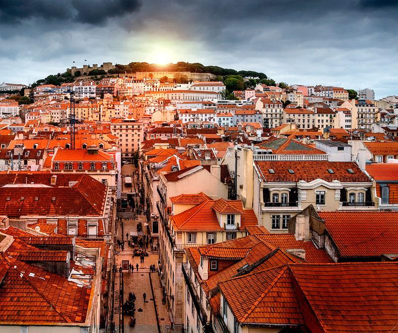 Lisboa, Portugal: la música tradicional (Fado), sus museos y coloridas calles hacen de Lisboa una ciudad perfecta para los turistas. Por otro lado, es una de las más económicas de Europa, por lo que los visitantes pueden disfrutar hoteles de 4 y 5 estrellas por un precio muy amigable. Pixabay / https://tinyurl.com/y9aajo5q.