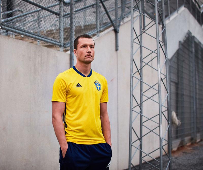 Suecia: El diseño pertenece a la Suecia de 1992, cuando el equipo alcanzó por primera vez en su historia el cuarto lugar en la Eurocopa. Foto: John Guidetti Autor: Adidas.