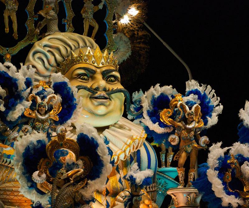 Gualeguaychú se precia por combinar coreografías y vestuarios acompañados de carrozas. La diferencia con los otros carnavales es que de los cinco grupos musicales que participan solo uno se lleva la corona de flores a mejor fiesta. Foto: Kevin Jones/ Flickr/ (CC BY 2.0).