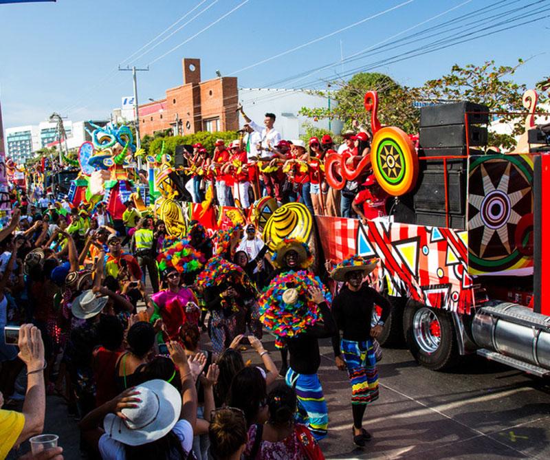 El carnaval de Barranquilla empieza con la Batalla de las Flores, es decir, un desfile de carrozas junto con bailes, personas disfrazadas de trajes típicos colombianos. Foto: Booking.