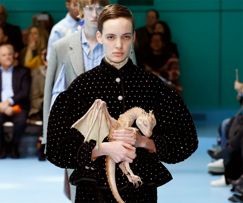 Modelos desfilando con sus propias cabezas en las manos y Jackie Kennedy de vuelta han sido los principales eventos en la semana de la moda de Milán.