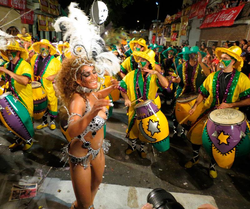 <div></noscript>Las escuelas de samba de Montevideo hacen grupos para participar en el carnaval con bailes típicos como el candombe y la murga. Foto: Carnaval.com Studios / Flickr/ (CC BY 2.0).</div>