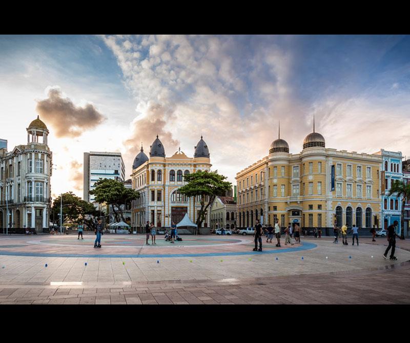 Conocido por uno de los carnavales más populares del mundo, Recife recibe turistas de todo el mundo que se suman a la 'Galo da Madrugada' las fiestas en las calles de la ciudad. Foto: Booking.