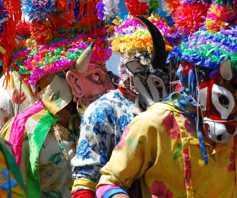 <div></noscript>Veracruz tiene el danzón, como el principal baile del carnaval. La mujer va vestida de blanco con pañuelos de seda, mientras que el hombre tiene un sombrero, camisas de colores y pantalón blanco. Foto: Booking.</div>