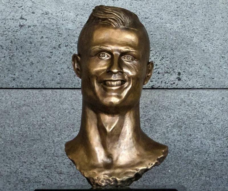 """A principios de 2017 el portugués se reveló un busto erigido en el aeropuerto de Madeira, bautizado """"Cristiano Ronaldo"""". La crítica vapuleó la escultura hasta llegar al punto en que las directivas del aeropuerto exigieron rehacerla."""