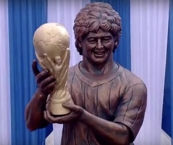 """<div>El 12 de diciembre de 2017 el astro argentino reveló una efigie de 10 metros, en Calcuta (India), en la que sostiene la Copa Mundo que ganó en México 1986. La prensa la bautizó como: """"la abuelita de alguien"""".</div>"""