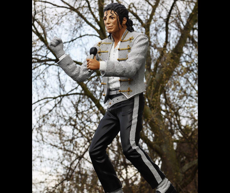 En 2011, a las afueras del estadio Craven Cottage, del equipo Fulham, en Inglaterra, apareció una escultura del rey del pop creada por petición del dueño del equipo, Mohamed Al-Fayed. Los fanáticos detestaron la escultura porque no tenía nada que ver con el equipo y porque no se parecía en nada al artista fallecido el 25 de junio de 2009.