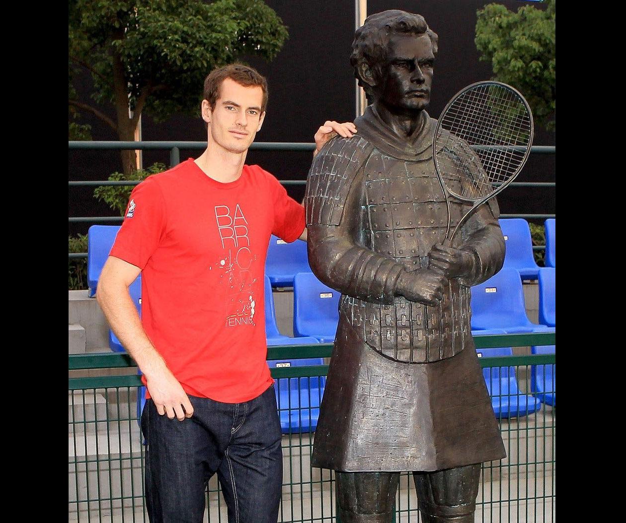 <div>El tenista escocés reveló su escultura en el Shanghai Rolex Masters 2011, en donde decidieron hacer una fusión entre los guerreros terracota y los deportistas. Murray tomó con gracia su escultura sobre la cual, los medios aseguran que se parece más a su madre que a él.</div>