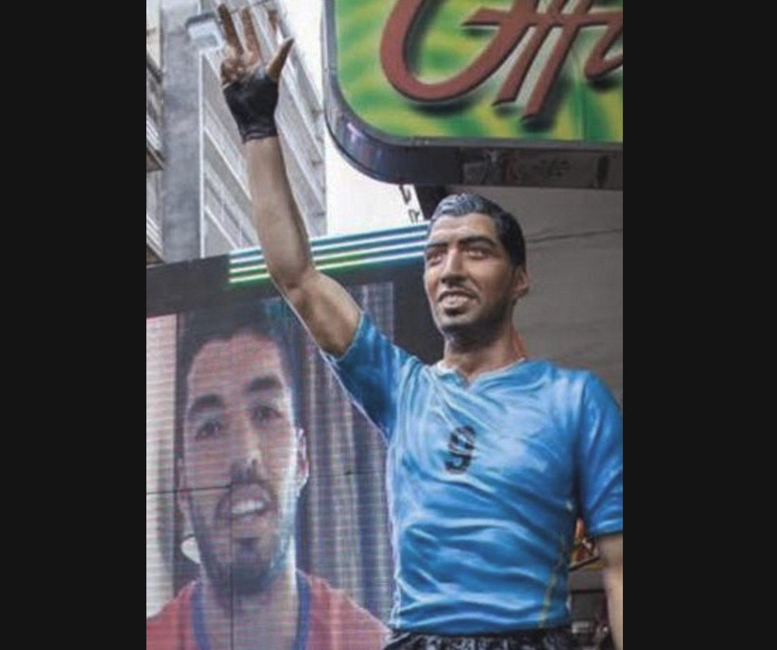 Todo ídolo necesita una representación y el futbolista uruguayo no es la excepción. En Salto, Uruguay, se alzó en 2015 esta efigie que no convenció del todo a Suárez, quien se presentó para la inauguración en una pantalla gigante.