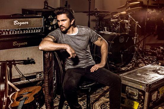 Juanes con los instrumentos