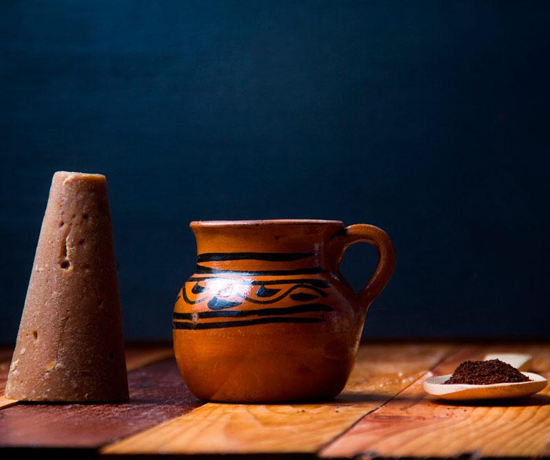 México: Finalice la ruta en Chiapas donde disfrutará de café cultivado en la selva a 1500 metros sobre el nivel del mar. Allí podrá saborear las recetas indígenas, que lo preparan hervido en ollas de barro junto con cáscaras de naranja y canela. También podrá degustar el famoso carajillo, elaborado con café espresso frío, servido con hielo y licor español Cuarenta y Tres, conocido así por su destilación con 43 tipos de cítricos, frutas y especial del Mediterráneo.