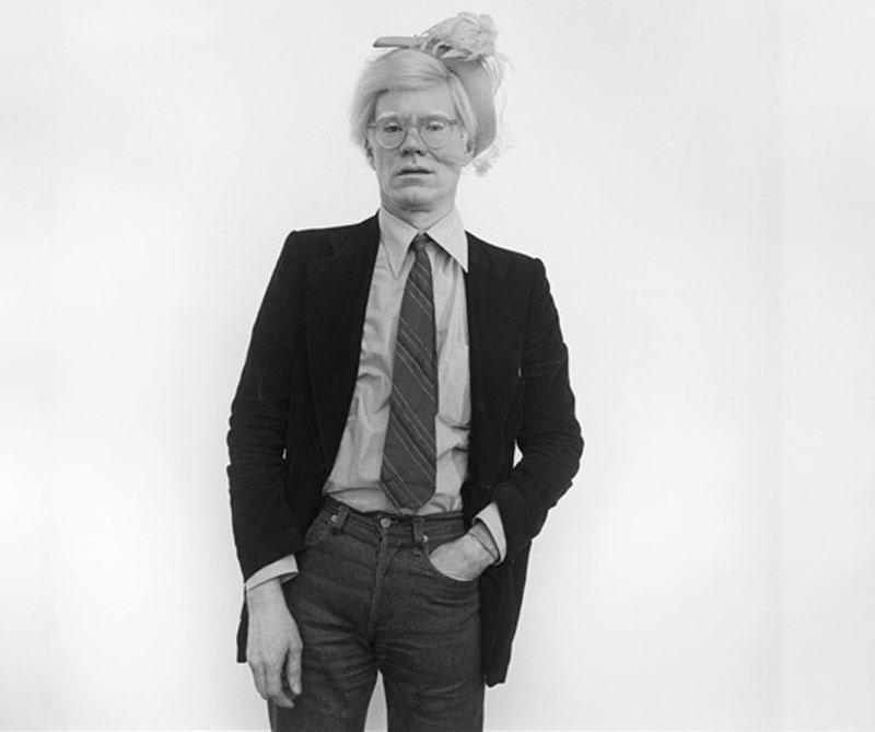 Andy Warhol fue uno de los revolucionarios artistas de nuestro tiempo. Desde Nueva York transformó el arte moderno y ahora una controvertida película recrea su fascinante y atormentada vida a propósito del aniversario de su fallecimiento.