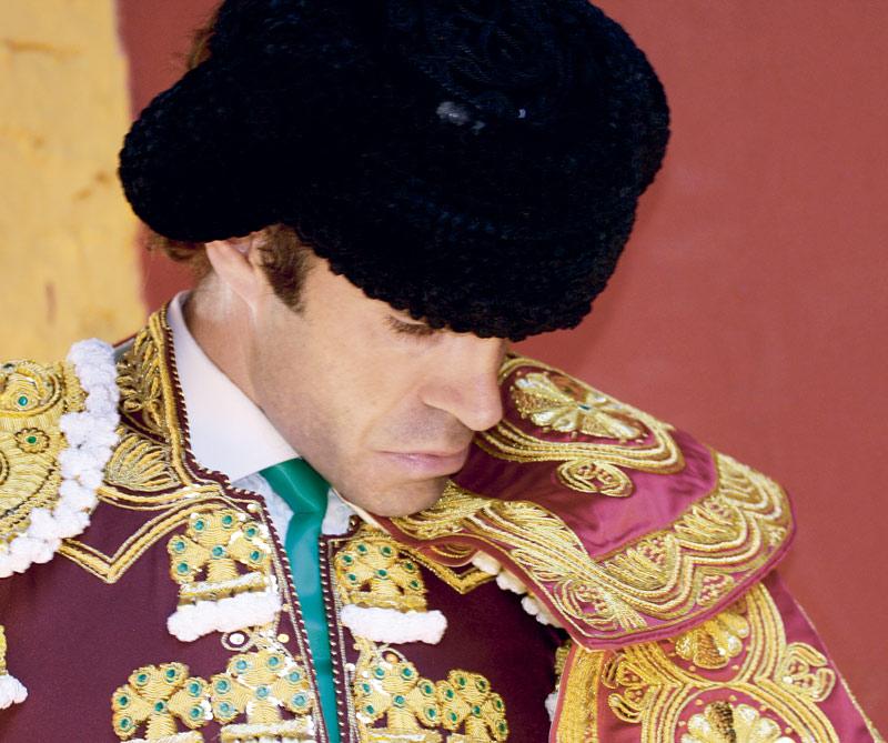 El más grande y popular cantautor y poeta español contemporáneo, Joaquín Sabina, entrevistó al más grande y misterioso torero actual, José Tomás, cuando éste se retiró sin ninguna explicación. Poesía y drama entre dos grandes.