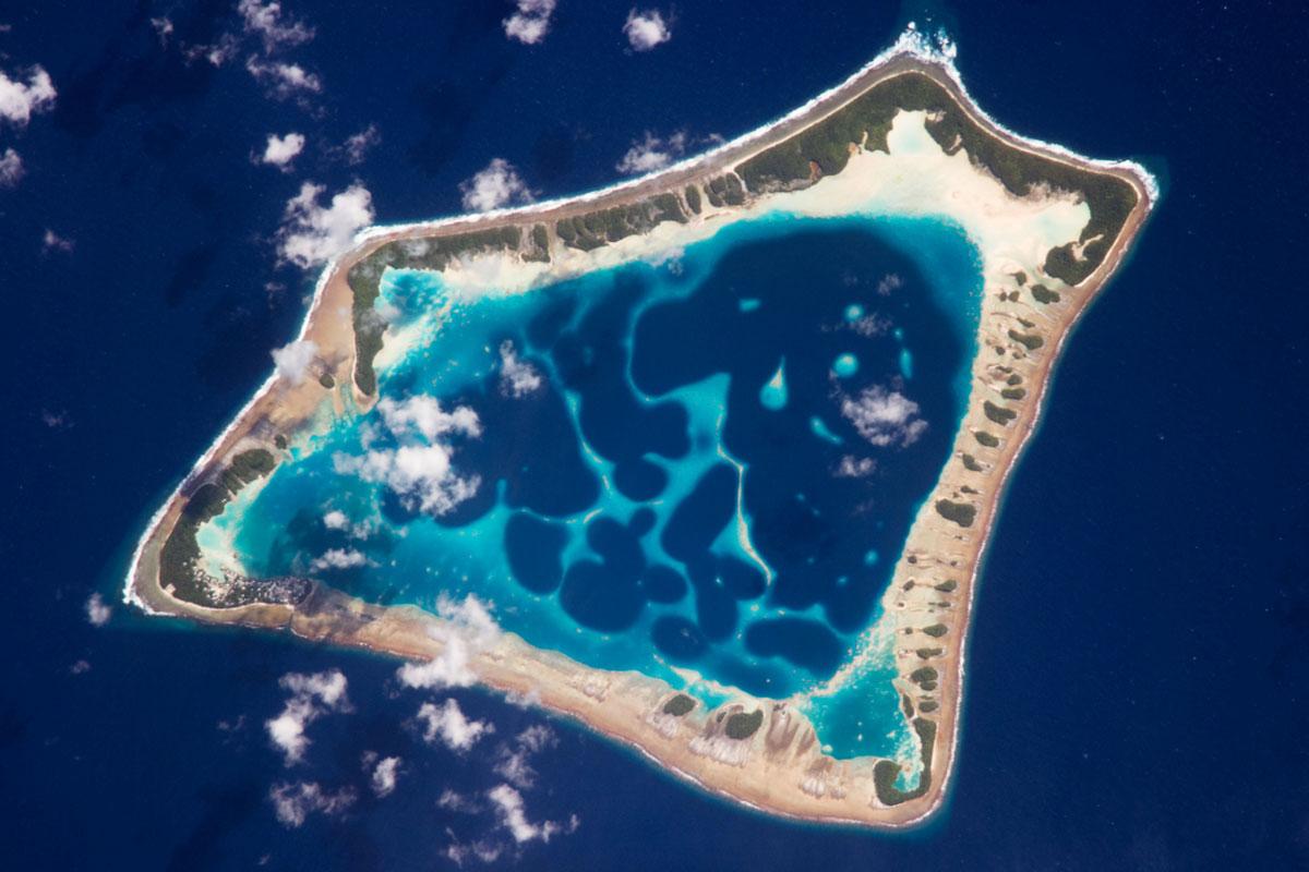 Anillo coral desde el espacio